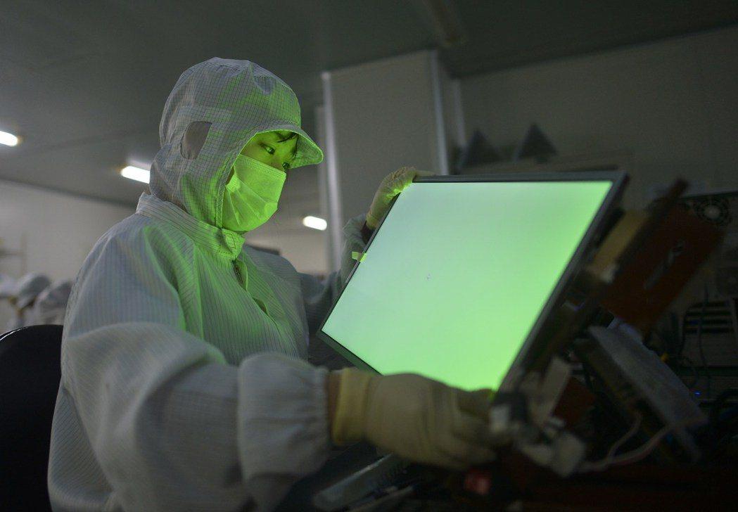 中國一處LCD廠,工作人員正在進行檢測。   路透