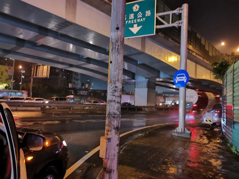 曾姓老翁因患有失智症,27日晚間竟迷路撐傘跑到國道3號上。圖/警方提供