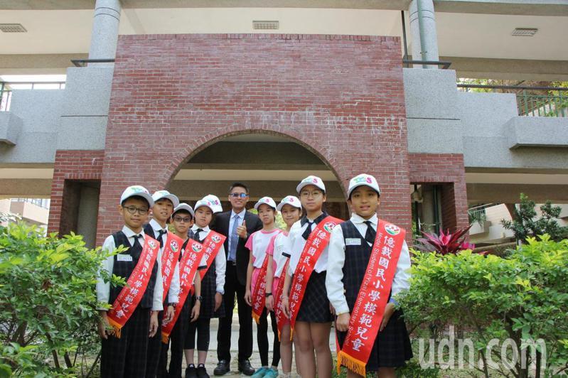 台南市億載國小為模範生披彩帶並戴模範帽。記者鄭惠仁/攝影