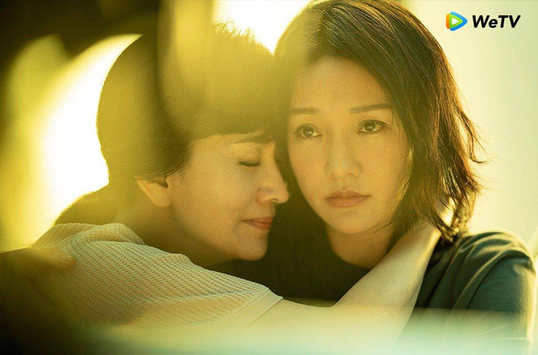 趙雅芝(左)在「不完美的她」演出周迅生母。圖/WeTV提供