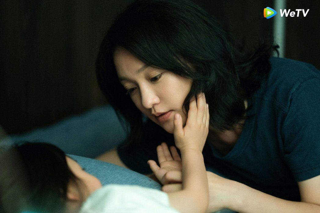 周迅在「不完美的她」充滿母愛。圖/WeTV提供