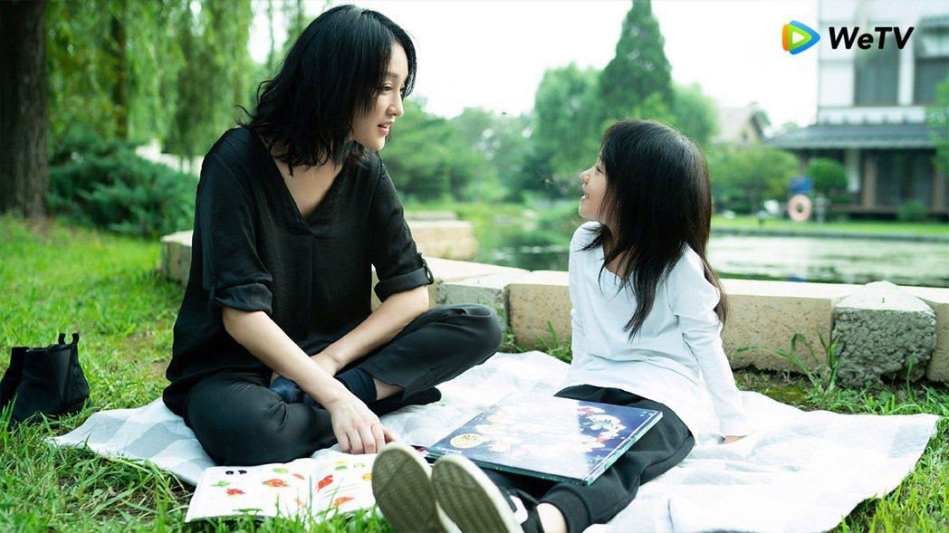 周迅(左)在「不完美的她」中收養小女孩。圖/WeTV提供