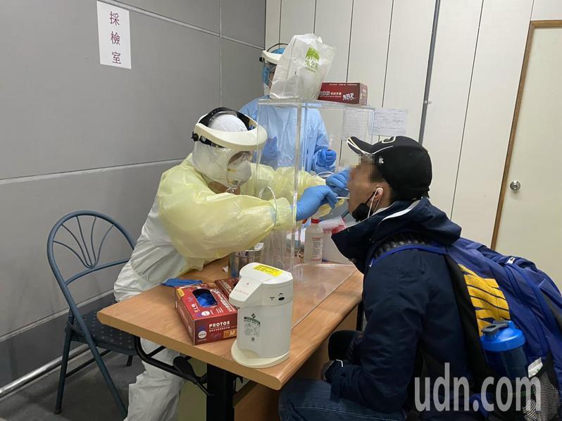 聯新國際醫院醫師支援輪值桃園機場採檢站採檢勤務。(聯新國際醫院提供)