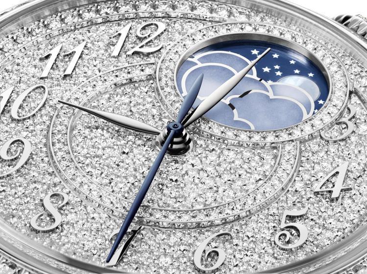 兩點鐘方向的月相顯示小窗,搭配上藍鋼柳葉指針,展現陰柔與古典之美。圖 / Vac...