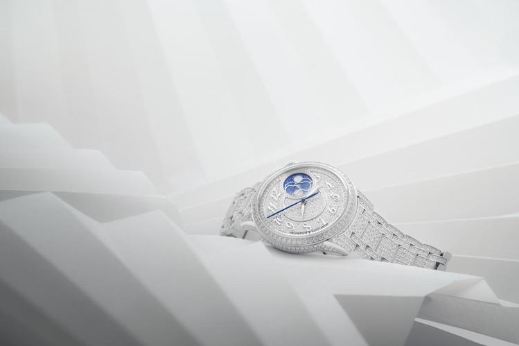 全表鑲嵌有多達1,300顆鑽石,江詩丹頓Égérie月相珠寶腕表,以美鑽拱月。圖...