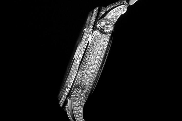 Égérie月相珠寶腕表單表殼就鑲嵌有246顆明亮式切割鑽石,光彩奪目。圖 / ...