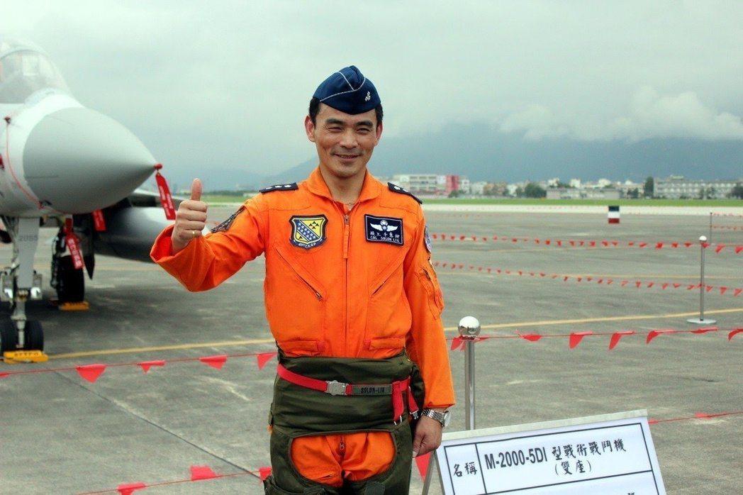 柳惠千(時任上校)站在幻象2000座機前。聯合報資料照/記者程嘉文攝影