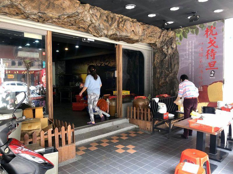 「枕戈待旦」餐廳,近期宣告熄燈,並且出清店內的餐具。圖/讀者貓大爺提供
