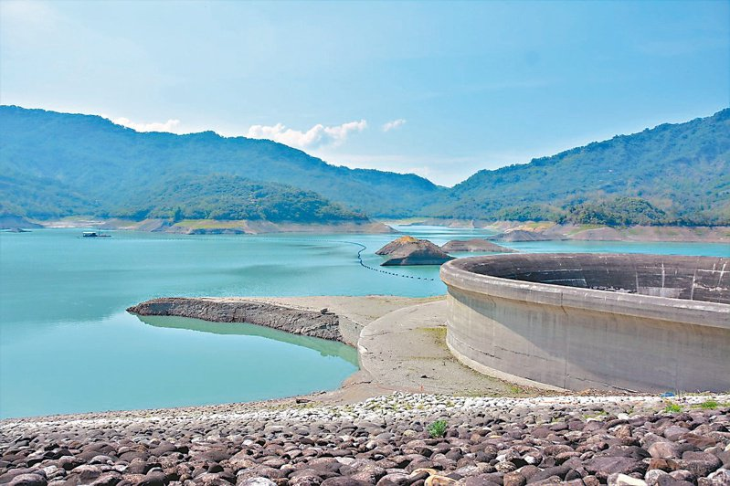 台南南化水庫蓄水率31.8%,接下來是南部的枯水期,雨下得少,水情吃緊。圖為3月中南化水庫情況。圖/聯合報系資料照片