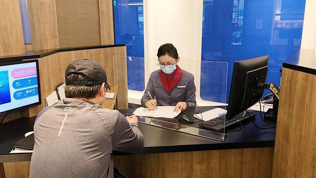 華航集團強化第一線員工防疫作業,自4月1日起國內各地營業櫃台將陸續架設透明壓克力...