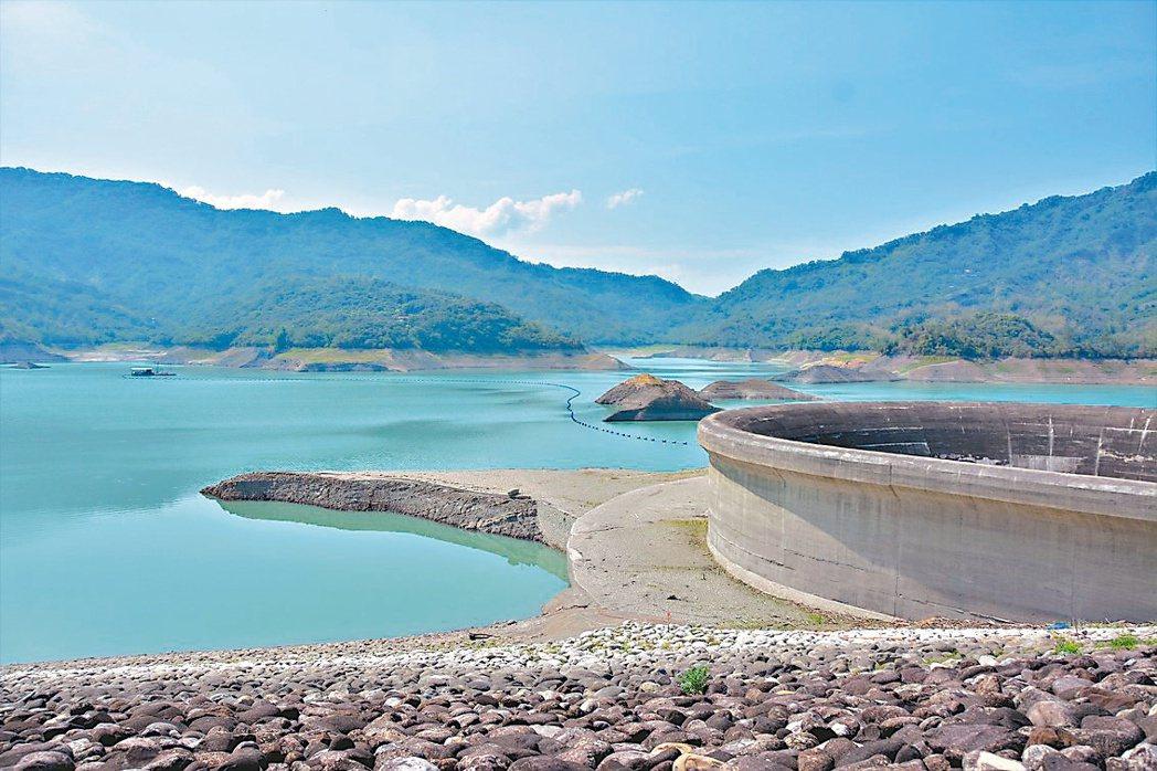 台南南化水庫蓄水率31.8%,接下來是南部的枯水期,雨下得少,水情吃緊。圖為3月...