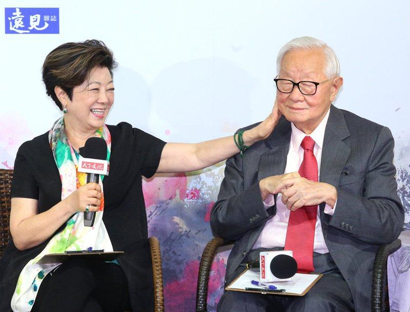 台積電創辦人張忠謀(右起)出席妻子張淑芬的新書發表會。記者林澔一/ 攝影