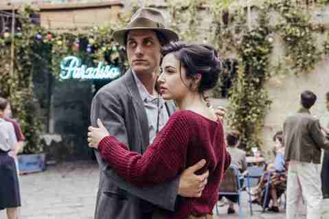 新科威尼斯影帝路卡馬林內利(Luca Marinelli)最近在史詩新片「馬丁伊登」(Martin Eden)桃花旺盛,不僅與法國文青女星潔西卡克雷西(Jessica Cressy)愛恨交纏,更與義...