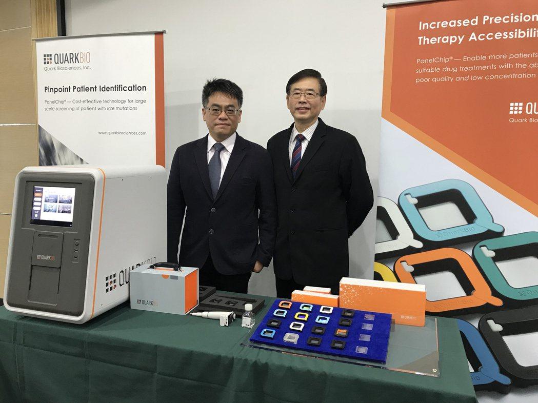 奎克生技光電營運長劉明山(右)、味正唯處長,展示奎克檢測晶片模組及系統等成果。記...