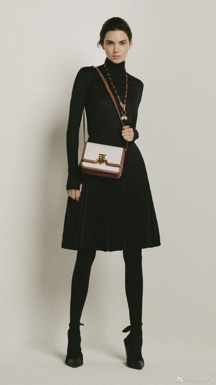 坎達爾珍娜全是孫芸芸同款小型雙色調帆布及皮革TB包。圖/BURBERRY提供