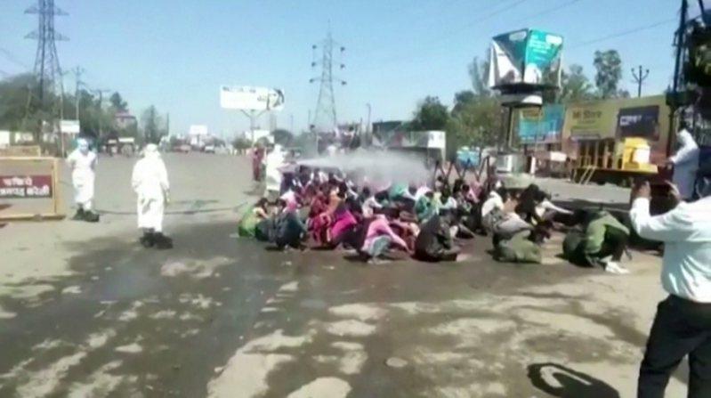 印度政府啟動全國封鎖3周以防範新冠肺炎傳播,引發移工的返家潮。印度北方邦地區卻傳出一群移工遭到不人道對待,被地方官員強噴對人體有害的消毒水,影片流出後引發輿論譁然。 BHIM MANOHAR
