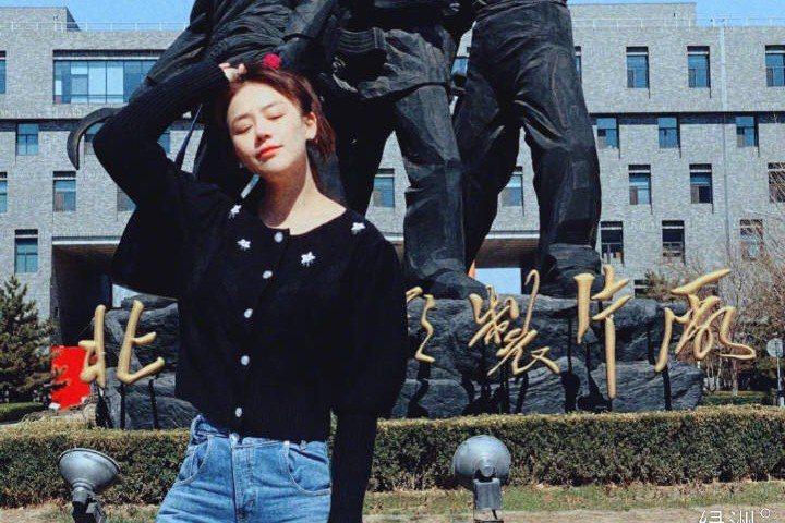 金馬影后馬思純曬出自己在北京電影製片廠的照片,並發文:「那就是標準的遊客照吧。」照片中,她身穿黑色針織上衣搭配牛仔褲,非常輕便,因為照片中馬思純沒有戴口罩,她還特意發文強調:「我只是在拍照時摘下了口...