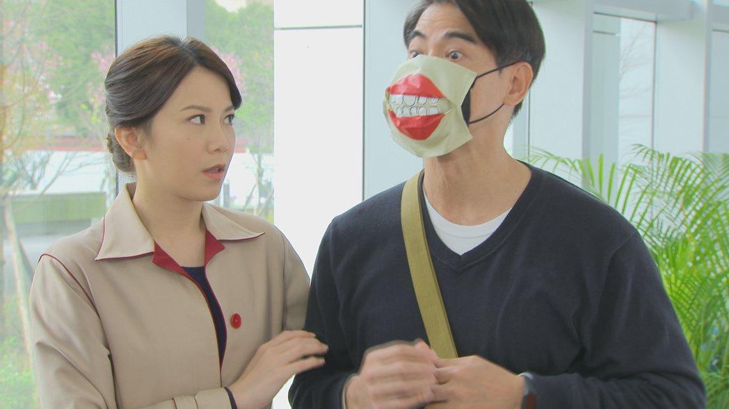 翁家明(右)發想的「巫婆紅唇口罩」引發討論,旁為廖苡喬。圖/民視提供