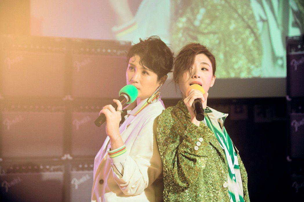 蘇慧倫(右)與魏如萱拍攝MV時即興熱舞。圖/相信音樂提供