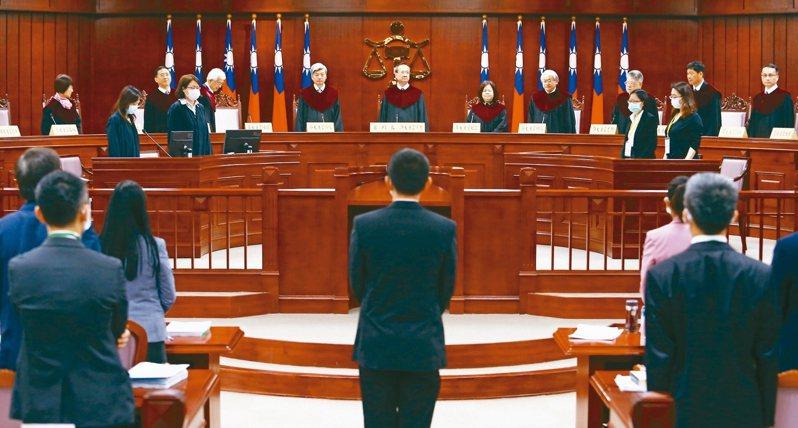 針對通姦罪是否違憲,司法院大法官上午在憲法法庭召開言詞辯論庭,邀請聲請人、相關機關、鑑定人及法庭之友出庭,行言詞辯論、表達意見。記者杜建重/攝影