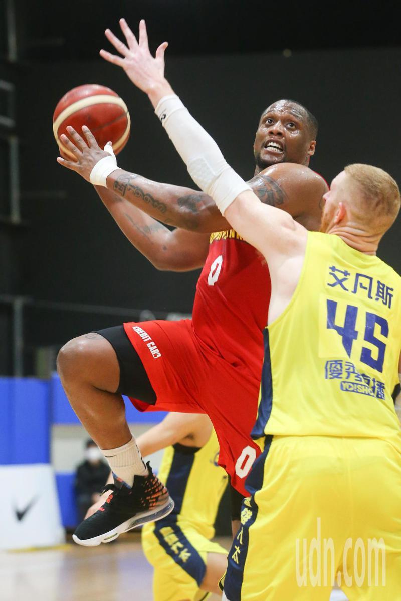SBL超級籃球聯賽今天由高雄九太對上台灣銀行,台灣銀行最後以89:77取勝,台銀查爾斯.米歇爾(左)攻下18分14籃板。記者葉信菉/攝影