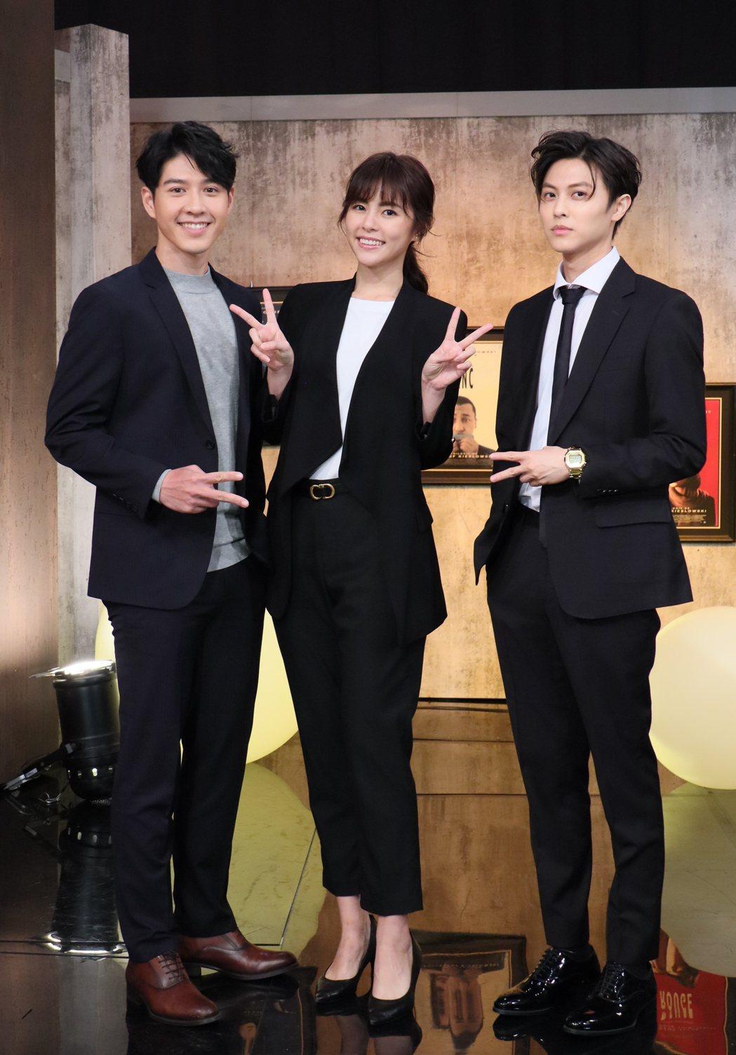 吳岳擎(左起)、任容萱、王子邱勝翊宣傳新戲《覆活》。圖/E!Studio藝鏡到底