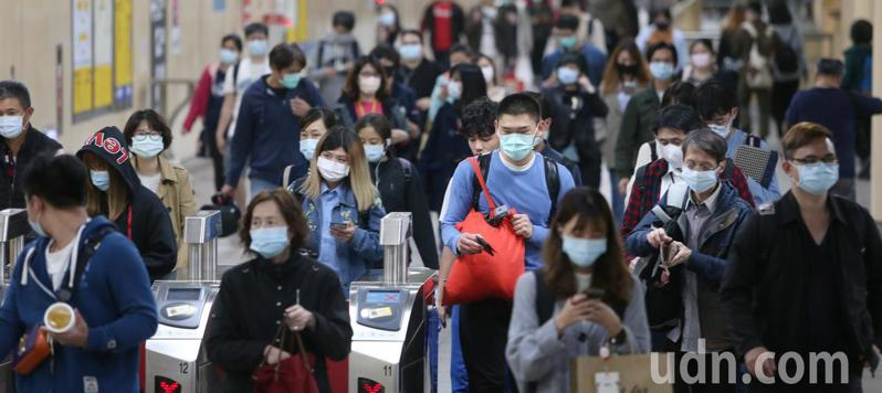 搭乘捷運的民眾落實戴口罩防疫觀念。記者侯永全/攝影