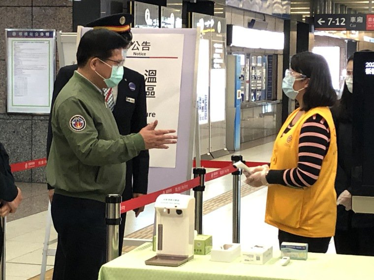 交通部長林佳龍今傍晚宣布,4月1日起所有鐵道的車站都會量測體溫,也要求乘客戴口罩...