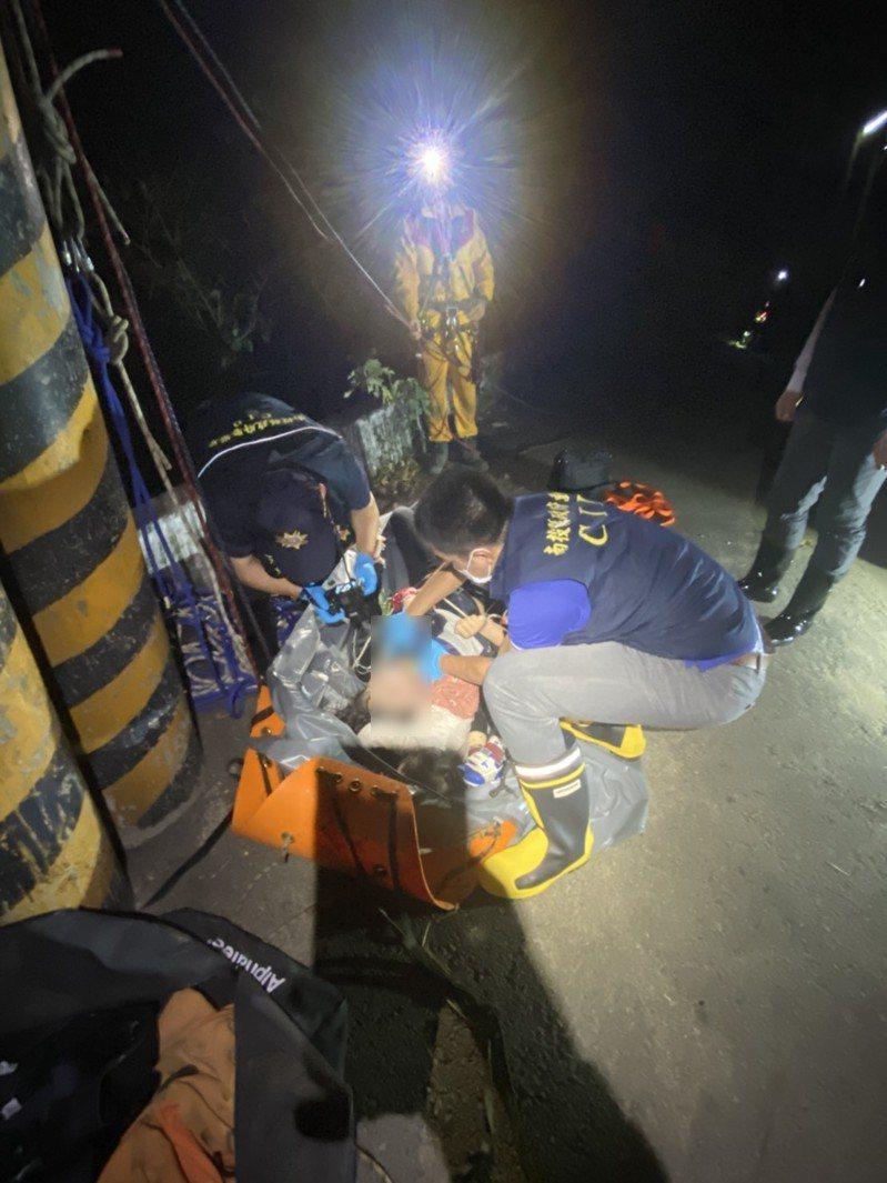 南投市東山吊橋晚間驚傳母子三人溺水,救起時均已無生命跡象。圖/南投縣消防局提供