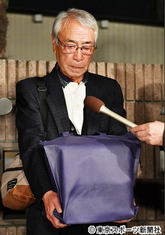 志村健的骨灰由大哥志村知之領回。圖/摘自東京體育報