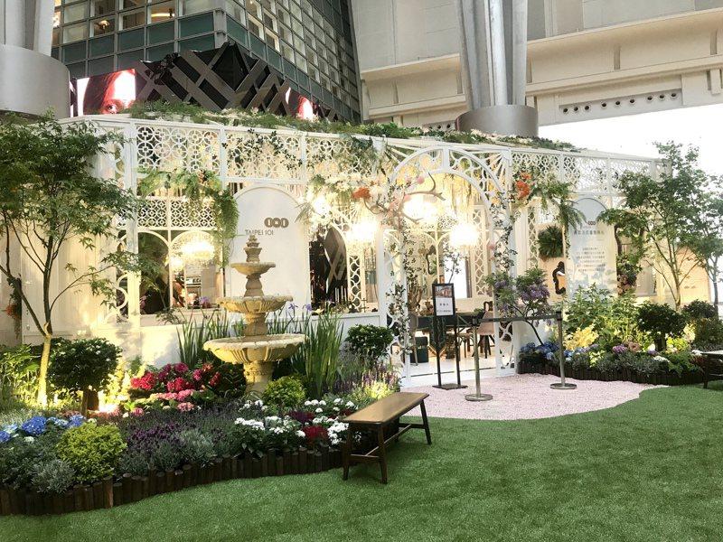 台北101購物中心在4樓廣場特別打造「法式優雅庭院」打卡點,營造令人放鬆的優雅氣息。記者江佩君/攝影
