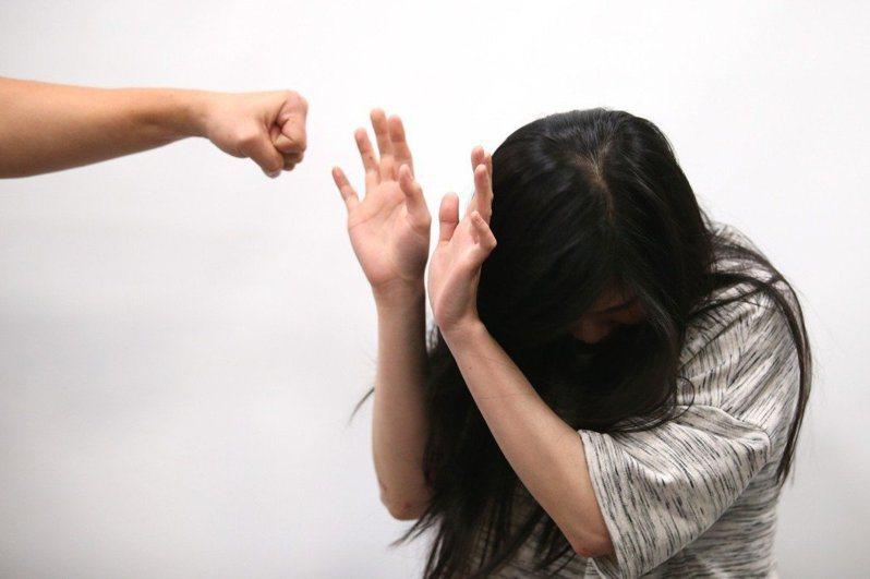 高雄陳姓男子遭控白嫖8000元的應召小姐,事後雖成為情侶,高雄地院依犯攜帶兇器強制性交罪,判7年10月徒刑,可上訴。示意圖/Ingimage