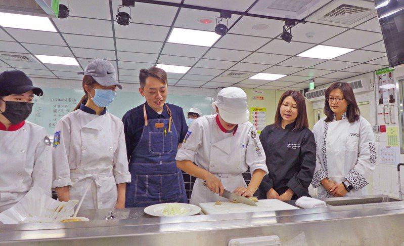城市科大餐管系邀請五星級師傅高鈺龍(左三)教導學生學習日本料理課程,民生學院院長蕭靜雅(右二)與主任馬嘉軉(右一)關心學生,期許學生擁有就業力。圖/台北城市科技大學提供