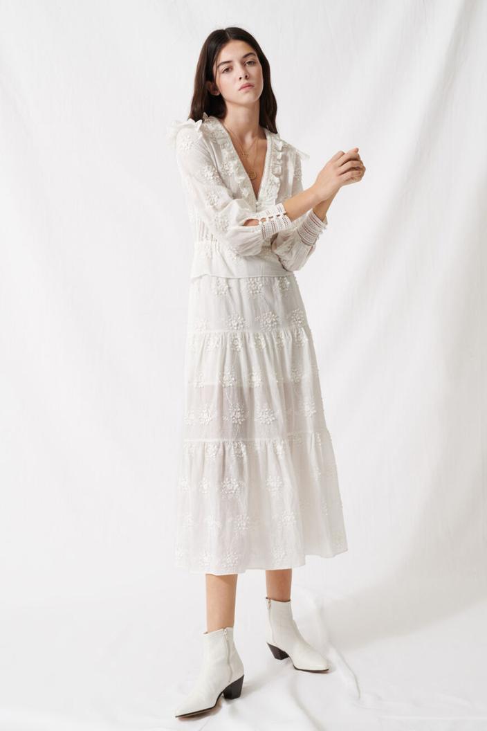 金泰希身穿白色刺繡洋裝為maje春夏季服裝。圖/取自品牌官網