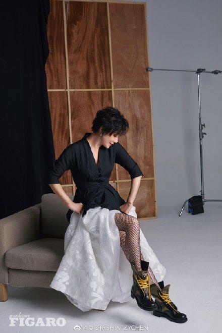 劉嘉玲穿修身黑色收腰夾克搭配夏姿白色寬襬緹花薄紗裙。拍攝Madame Figar...