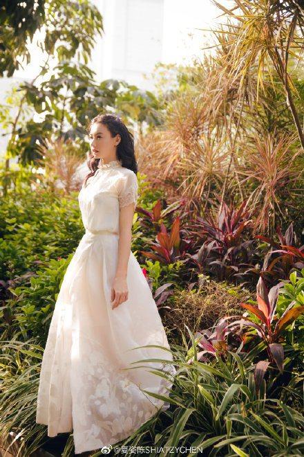 張柏芝美穿夏姿春夏系列,在風和日麗的戶外拍攝大片。圖/取自微博