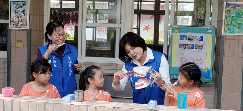 雲林縣長張麗善(右二)關心學童牙齒健康,今年將贈送牙刷組做為孩子的兒童節禮物。圖/雲林縣府提供