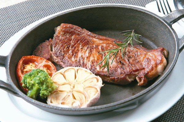 肉食族必嘗!熟成紐約客奢華牛排 搭創意調酒火燒蘋果園