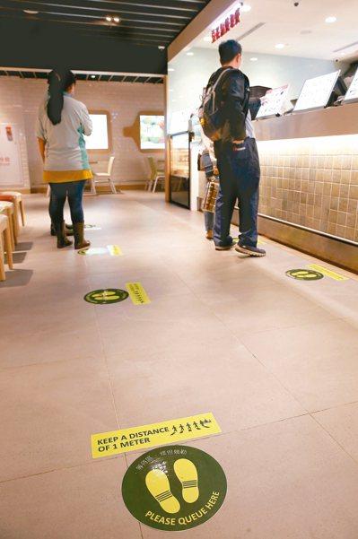 疫情指揮中心昨公布社交距離原則,室內公共場所應保持一點五公尺以上的距離。桃園機場...
