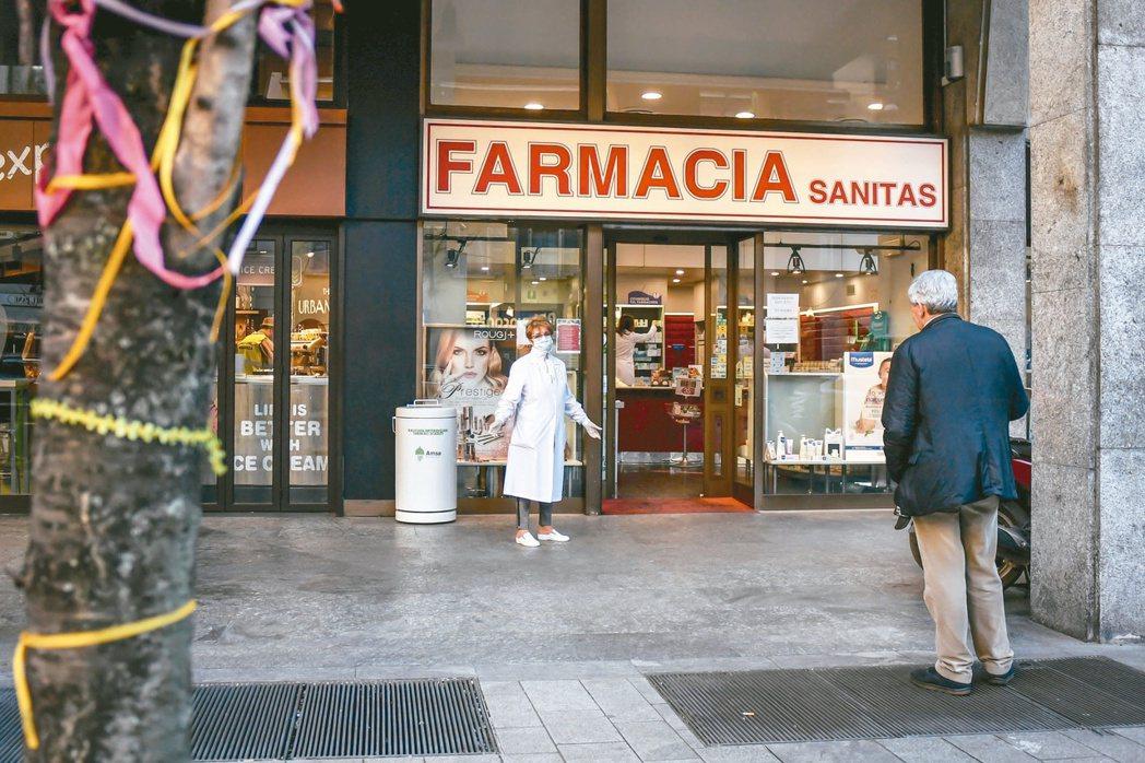 義大利已宣布全國封鎖防疫,進一步限縮國內經濟活動,除藥房外,其餘商店一律關閉,圖...