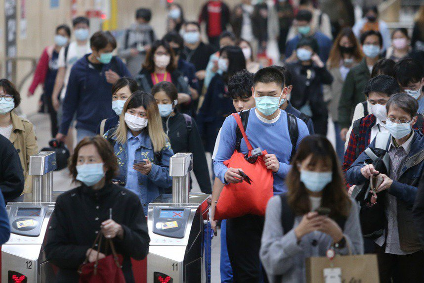新冠肺炎疫情持續延燒,一開始疾管署防疫醫師鄔豪欣認為,流感跟新冠肺炎的症狀的確很...