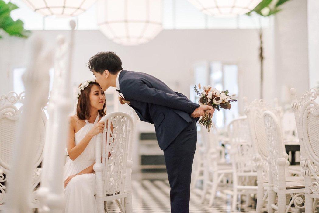 何維健(右)和圈外老婆宣布新婚喜訊。圖/寬宏音樂提供