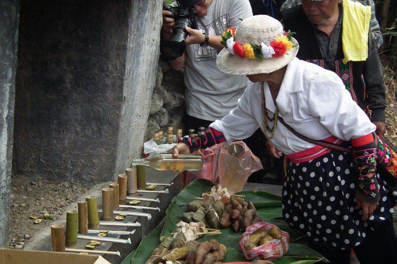 卑南族祭祖非常考究,所有祭品都依循古法,給祖先享用的食材,包括阿拜、野菜、山豬肉等,都是不加任何現代調味料、原汁原味的食材。 圖/聯合報系資料照片