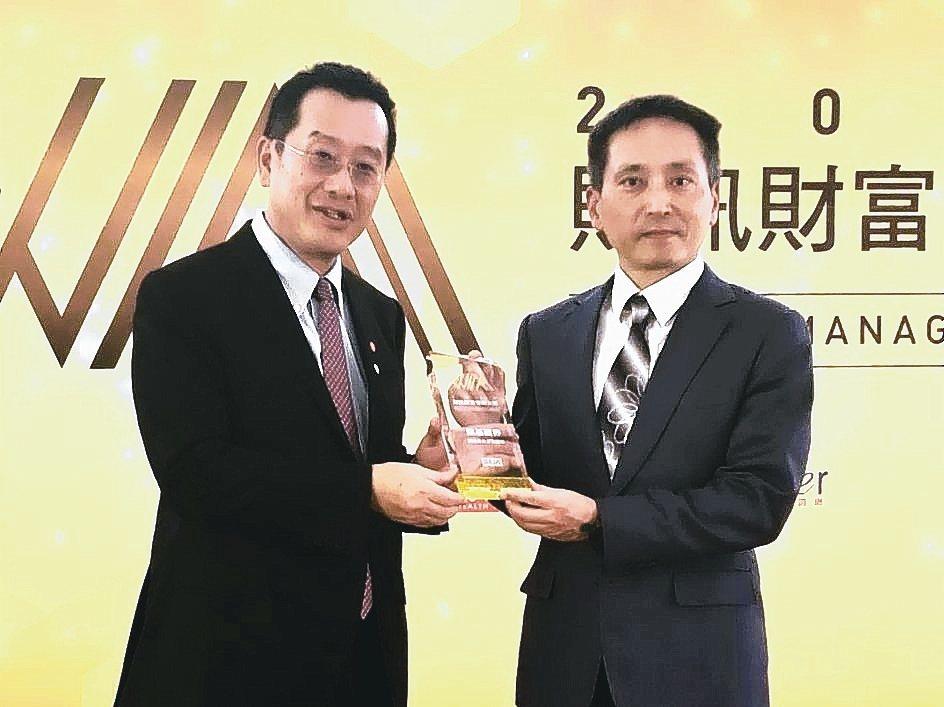 凱基證券副總經理孫成保(右)代表領取證券最佳業務團隊獎。 凱基證券/提供