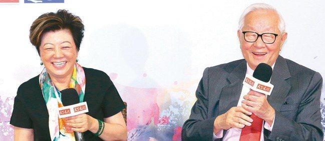 台積電創辦人張忠謀(右)31日出席夫人張淑芬(左)的新書記者會時表示,新冠肺炎宛...
