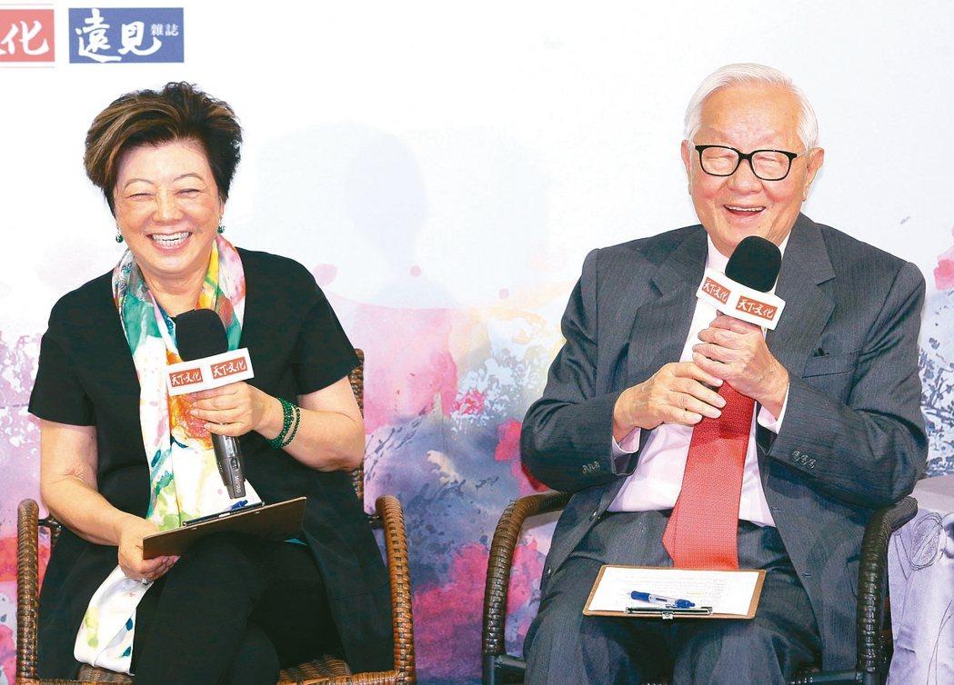 台積電創辦人張忠謀(右)昨天出席夫人張淑芬(左)的新書記者會時表示,新冠肺炎宛如...