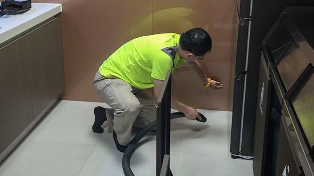 星宇航空粉絲專頁在4月1日愚人節這天發出星宇航空董事長張國煒親自用吸塵器清掃地板的照片。 擷取自星宇航空臉書粉絲專頁