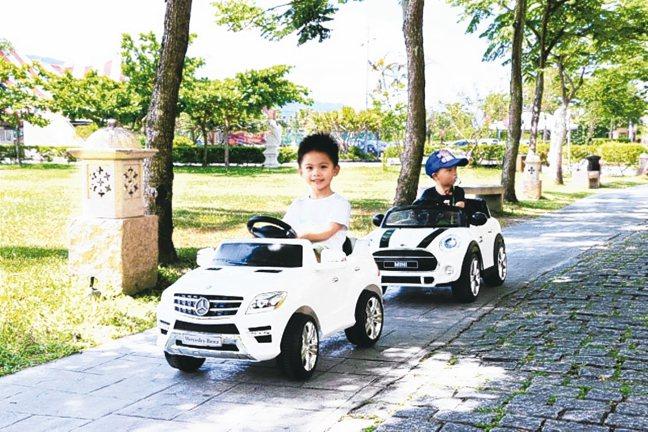 兒童超跑活動,可以讓小孩享受駕馭超跑車的樂趣。 圖/花蓮理想大地渡假飯店提供