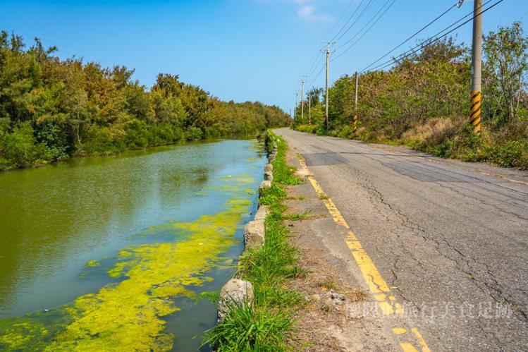 從濱海公路彎進鄉村小路,沿著安清路直走,即可抵達鹿耳門溪出海口。圖/部落客懷陞足...