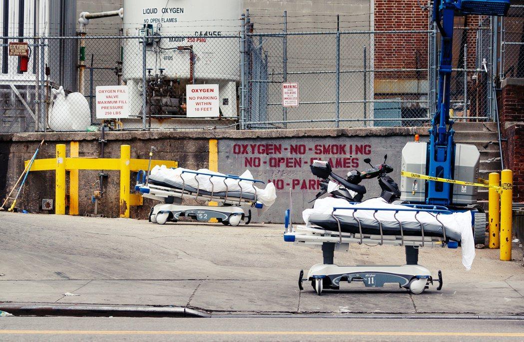 放在醫院外面,等待冷凍車收走的超量屍體。 圖/歐新社
